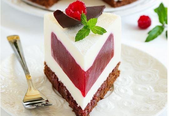 Questo particolare cheesecake nasconde al suo interno un cuore di gelatina al lampone che, oltre a sposarsi bene con gli altri ingredienti della ricetta, c