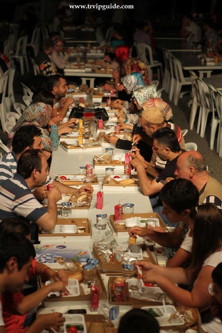Каждый день в священный месяц Рамазан http://trvipguide.com/stambul/133-ramazan-2013 для народа организовываются завтраки (сахур) и вечерний ужин (ифтар) со стороны мерии Стамбула и районов.
