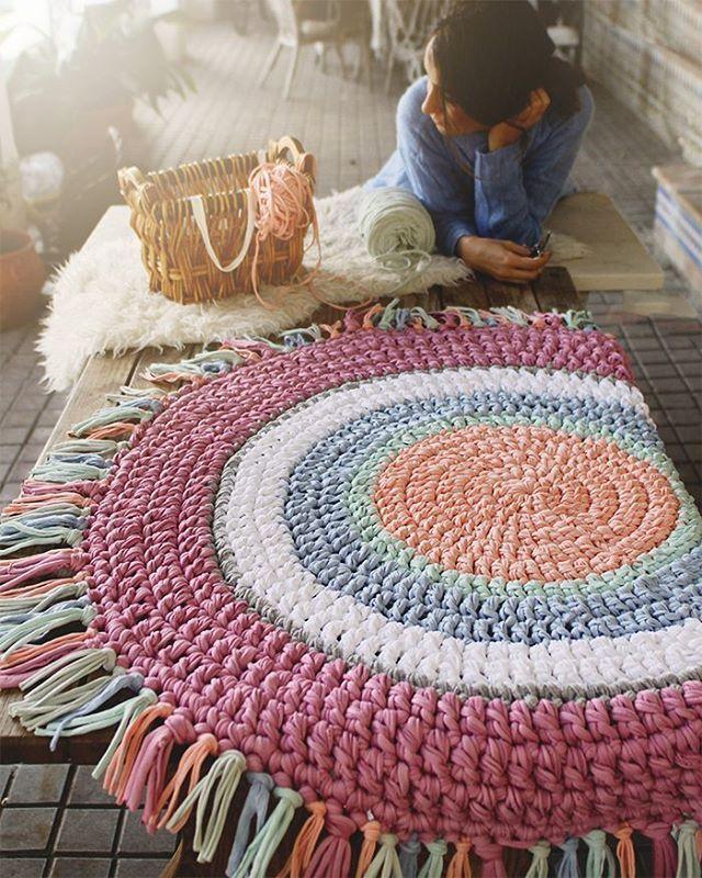 Ha sido un duro trabajo pero.........por fin he terminado los flequitos de la alfombra!!!  , los habéis hecho alguna vez? Es muy laborioso pero por el resultado vale la pena ❤ #susimiu #handmade #pastel #cute #love #design #deco #pink #instagram #instapink #kids