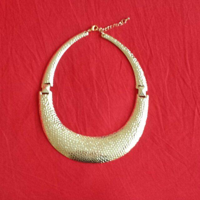 VENDO/SCAMBIO collana rigida dorata martellata. Leggerissima ideale per camice 3 mini dress #gold #collana #swap #slave scambio a roma vendo in tutta italia  ss escluse