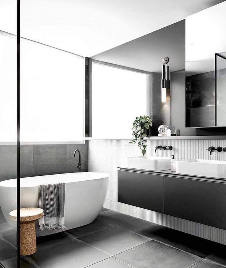 LIEBE. Schöne Verwendung von Grau, das ist ja gerade in. Sauber und offen, aber das Handtuch- und Hockerzubehör lässt den Raum gebrauchsfertig erscheinen. Käufer wou …