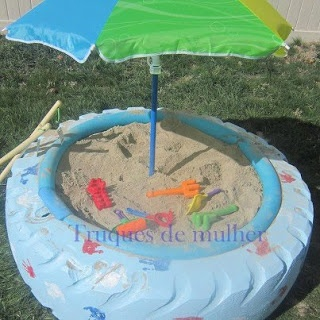Reutilizando um grande pneu como uma caixa de areia para as crianças se divertirem em um dia de sol!