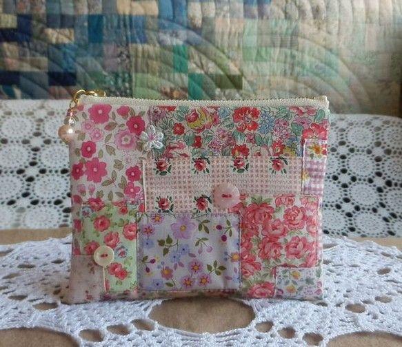 ピンクの可愛い布を集めてランダムにつなぎ、貝ボタンやワンポイントレースなどをつけてみました。ファスナー飾りはパール、スワロ、アクリルビーズなどをつけました。キ... ハンドメイド、手作り、手仕事品の通販・販売・購入ならCreema。