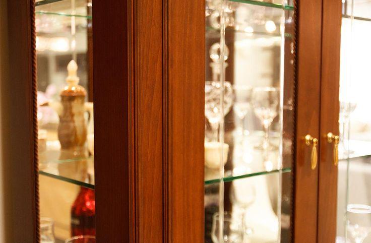 Βιτρίνα Άρτεμις κατασκευασμένη από φυσικό ξύλο καρυδιάς και ρίζα ελιάς σε διαστάσεις 1,05χ0,45χ1,95