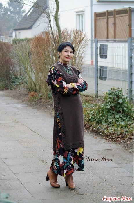 Длинный коричневый жилет с платьем с курткой