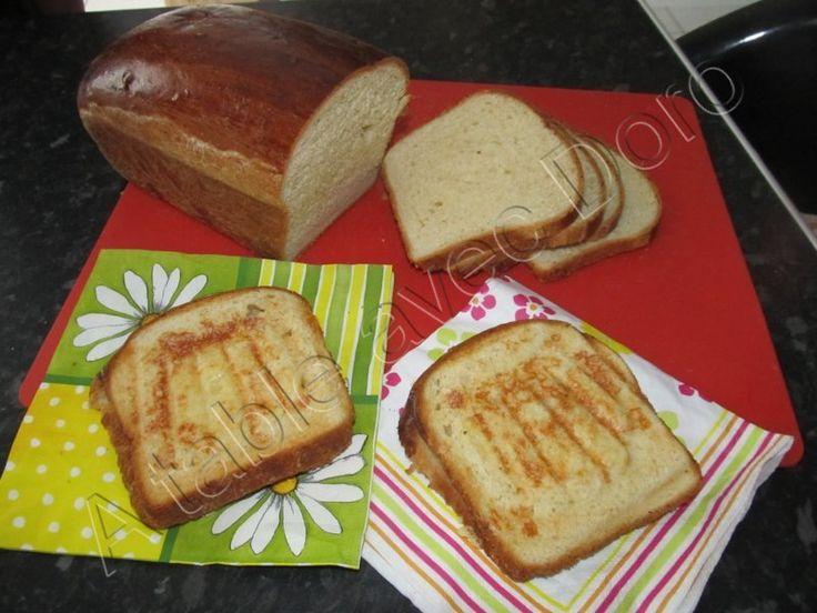 C'est une vieille recette que je faisais à ma machine à pain que j'ai adapté au thermomix,parfaite pour les &croque-monsieur&: 150 gr de lait 150gr d'eau 50 gr de beurre 40 gr de sucre 1 cc sel 250 gr farine t 65 (ou 55) 250 gr de farine t 45 1/2 cube...