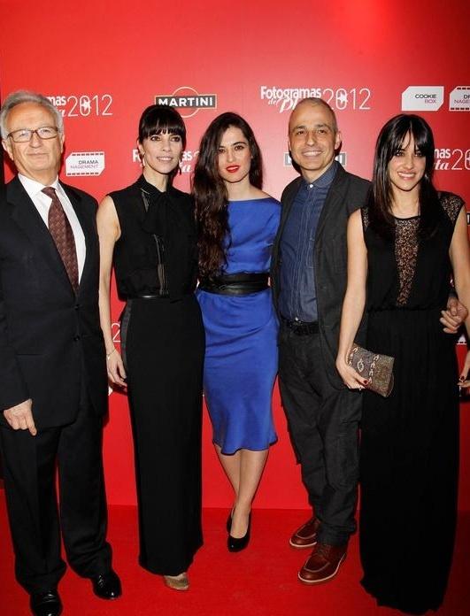Silvia Pérez Cruz, cantante y compositora, posa en la alfombra roja en la gala Fotogramas de Plata con vestido azul Marián de la colección PV 2013 de Cortana. Con ella el equipo de Blancanieves, cinta que se llevó el premio a Mejor Película Española.