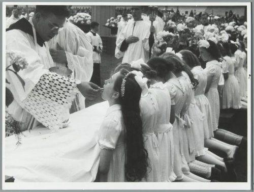 Katholiek leven. 'Merakelfeest' in Amsterdam, 23 juni 1946. Twaalfduizend kinderen gaan ter communie.
