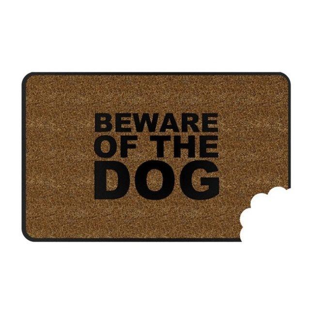 """Zabawna wycieraczka do butów z napisem """"Uwaga Zły Pies"""" to świetny dodatek dla każdego właściciela czworonoga."""