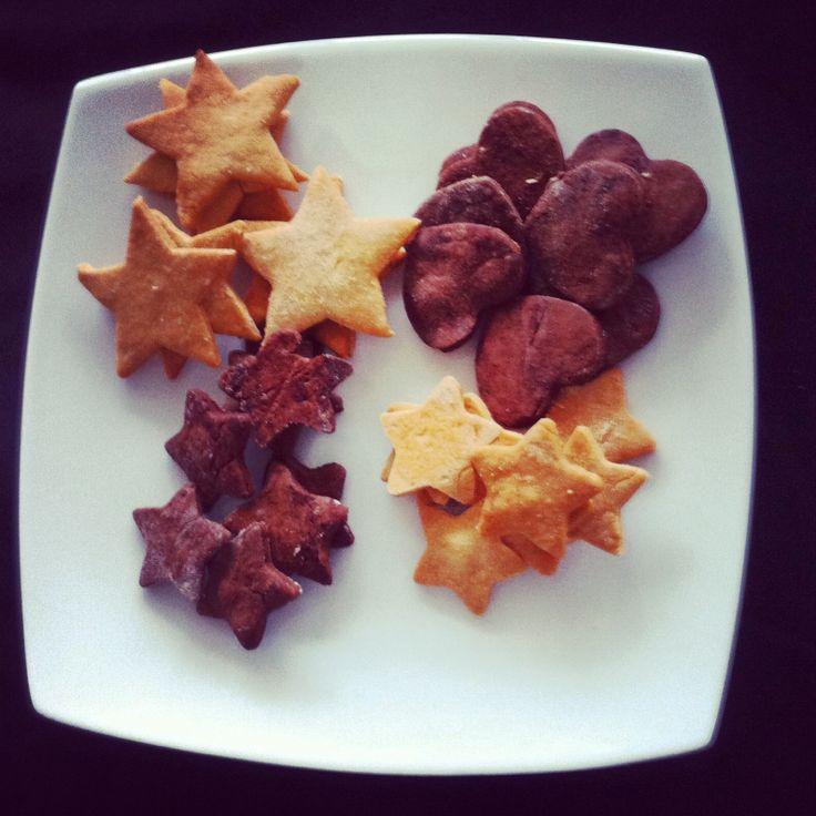 Galletas caseras de vainilla y chocolate en forma de estrellas y corazones