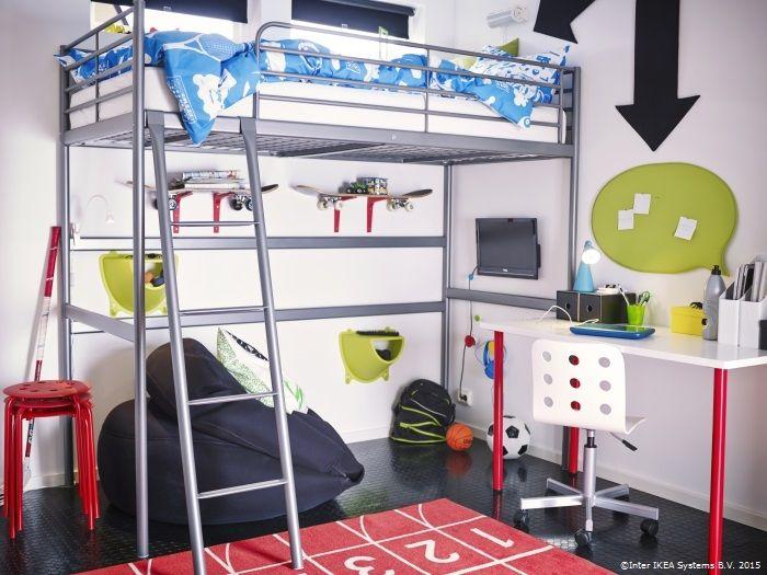 Amenajează spațiul de sub patul supraetajat SVÄRTA ca loc de studiu sau de relaxare. Așa le rămâne celor mici mai mult loc și pentru joacă. www.IKEA.ro/pat_suspendat_SVARTA