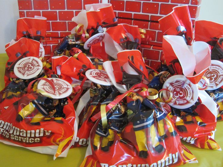 Fireman Sam loot bags tied with personalized badges (Fireman party)