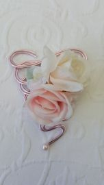 Samen met u ontwerpen we uw  unieke polscorsage van zijden bloemen. Speciaal  op maat van de bruid of bruidsmeisjes gemaakt . Een mooie blijvende herinnering.