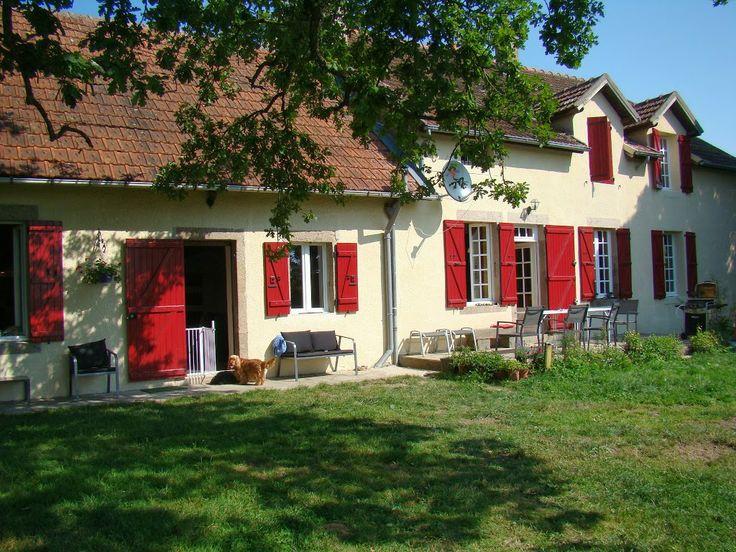 ze kleinschalige hondencamping en sfeervolle luxe gîte liggen in de Combrailles (Auvergne,Frankrijk), in het plaatsje Lapeyrouse in het departement Puy-de-Dôme  (op slechts 750 km rijden van Breda en 670 km van Brussel).