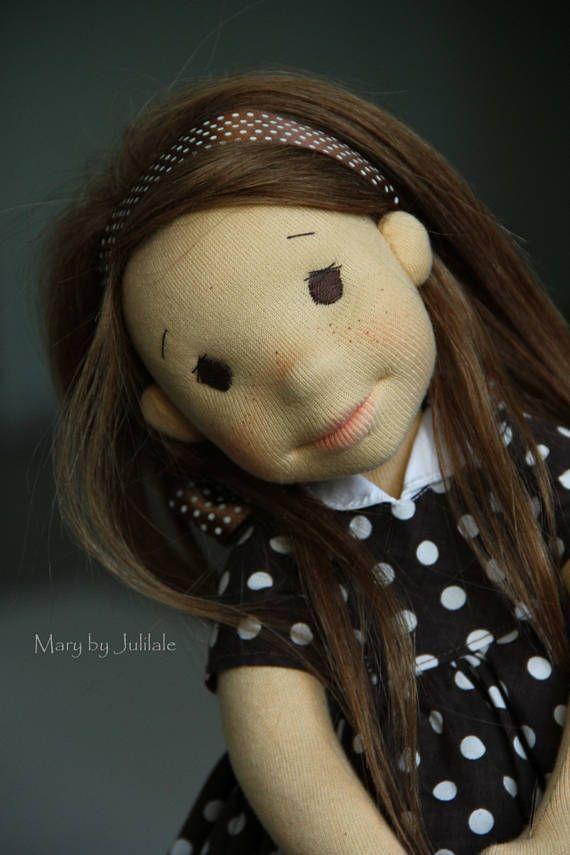 Mary.. .vara como chocolate con caramelo y crema batida ;-)  María es un 15,75(40cm) - incluyendo el pelo, muñeca hecha a mano.  Ella se hace según la técnica Waldorf - relleno de lana de calidad limpia. Su rostro está esculpida (aguja de fieltro)... al igual que todo el cuerpo. Ella tiene la piel tan dorada - su cuerpo está hecho de alta calidad jersey de algodón suizo (Laib Yala). Su pelo es de un crochered de trama de mohair en un tapón y cosido a la cabeza.  María tiene los ojos marrón…