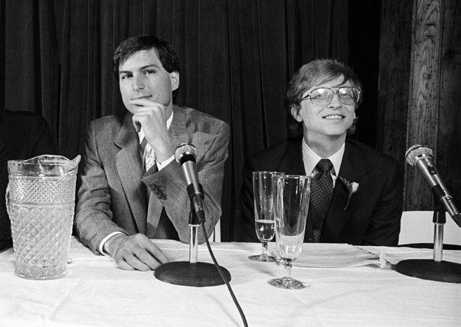 """""""1985年5月2日。ビル・ゲイツとともにMicrosoft Excelの発表記者会見に臨む。Getty Images"""""""