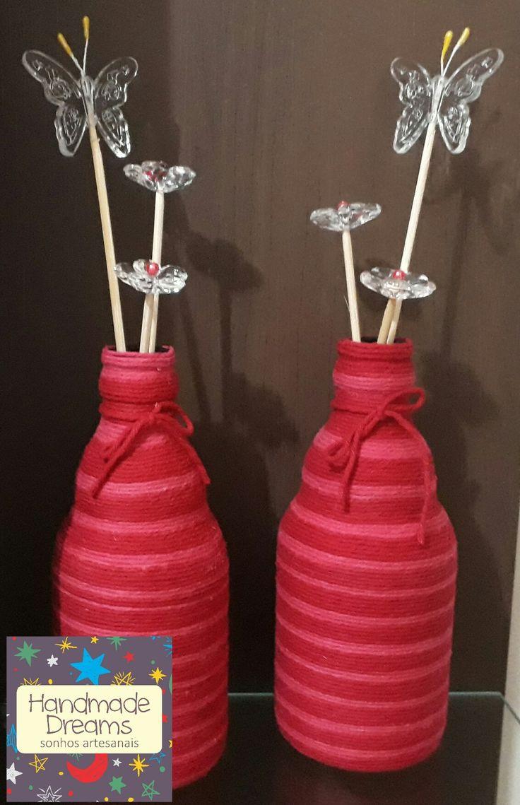 Garrafas de vidro decoradas com barbante colorido