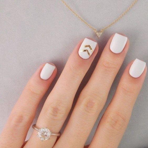 Nem todas as nail arts são coloridíssimas repletas de detalhes e adornos gente! Se estiver disposta a decorar as unhas de um jeito mais sutil apontamos o caminho lá no taofeminino.com.br