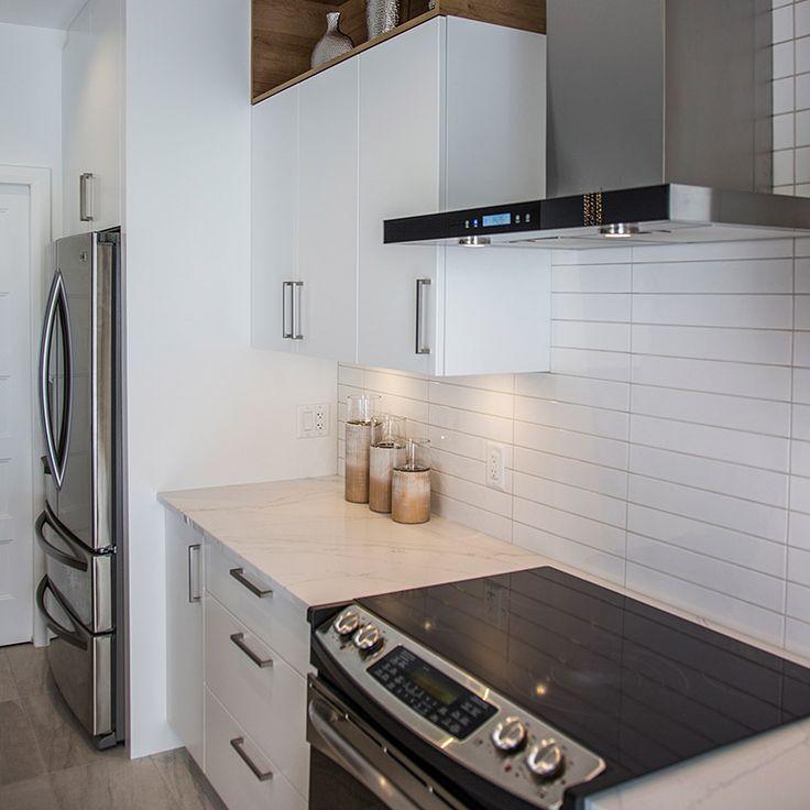 Armoires de cuisine en thermoplastique blanche et comptoir de quartz