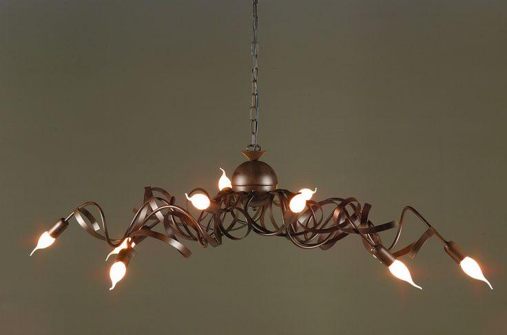 Zo'n lamp boven de tafel staat mooi en kun je instellen op felheid van het licht. Dat is natuurlijk erg handig!