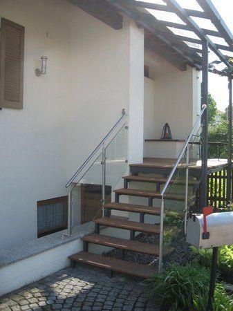 Hauseingansgüberdachung mit Stahltreppe verzinkt lackiert, Geländer aus Edelstahl und Glas, Belag aus Tropenholz