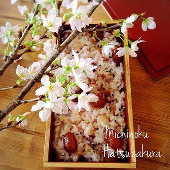 【sora.cafe】さんのInstagramをピンしています。 《お弁当作り早速休み!お赤飯炊いたからお弁当箱に 年末に頂いた桜が満開北海道は寒い毎日だけどもう春⁇お花見気分のランチです  #お昼ごはん#ランチ#桜#みちのく#啓翁桜#お赤飯》