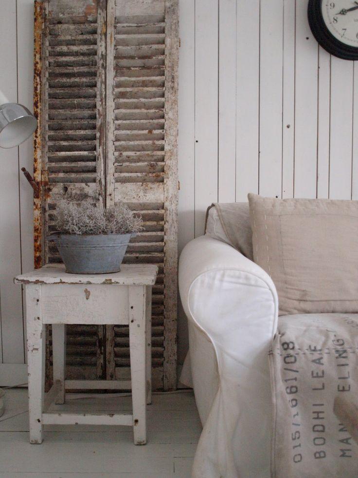 Echte brocante sfeer; kijk voor vergelijkbare brocante krukjes , oude luiken zinken  teilen en linnen kussens bij www.old-basics.nl webshop en grote loods
