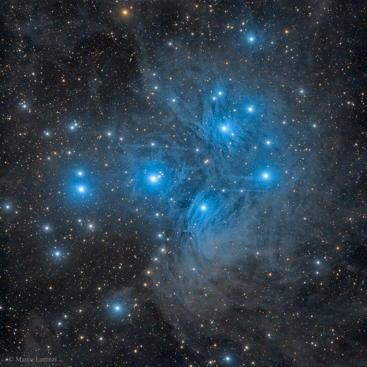 Las estrellas de las  Pléyades, quizá el cúmulo estelar más famoso del cielo, se pueden ver sin prismáticos, incluso, desde las profundidades de una  ciudad contaminada lumínicamente. Con una larga exposición desde un lugar oscuro, sin embargo, la nube de polvo que rodea el  cúmulo estelar de las  Pléyades se hace muy evidente. También conocido como las  Siete Hermanas y M45, las  Pléyades se encuentra a unos 400 años luz en la constelación del Toro (Taurus).