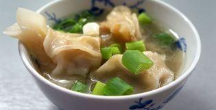 Wontonská polévka. V Číně se tato polévka servíruje obvykle jako předkrm anebo jako součást širšího dim sum menu.