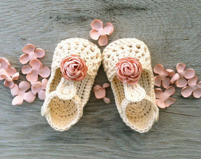 SAUCE beige con flores de tela rosa polvoriento   Hecho por encargo en tamaños: Recién nacido: 8cm/3,15  0-3 meses: 9 cm/3.5  3-6 meses: 10 cm/3.9  6-9 meses (11cm/4.25 ) 9-12 meses (12cm/4,8 )  HILADO: 100% algodón Hecho en la UE Certificado de Oeko-Tex®  CUIDADO DE: Lavado de manos y secado recomendado. Antes de poner secar, moldear con los dedos.   Todos los artículos se hacen humo gratis y mascotas gratis Inicio. Ofrezco transporte por Global Expres (seguimiento d...