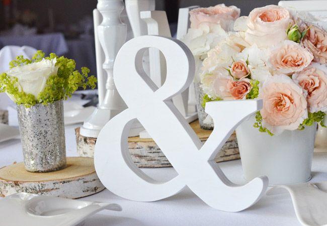 Gefüllte #Rosen in #lachs oder auch #blush trifft auf #silber und #weiß - #zarte Töne beim #Kurz Wagner, #Holzbuchstaben verleihen zudem das gewisse Etwas - #Vintage #Wedding #Weddingideas #Weddinginspiration #Weddingbouquet #bride #bouquet
