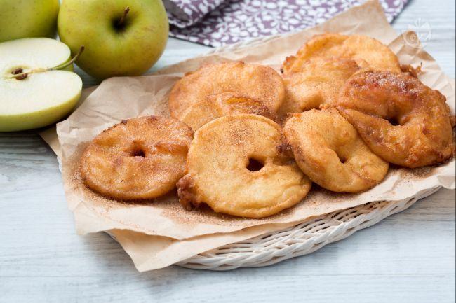 Le frittelle di mele sono un modo sfizioso per servire le mele come dessert, ma anche come accompagnamento  a carni di maiale e piatti salati.