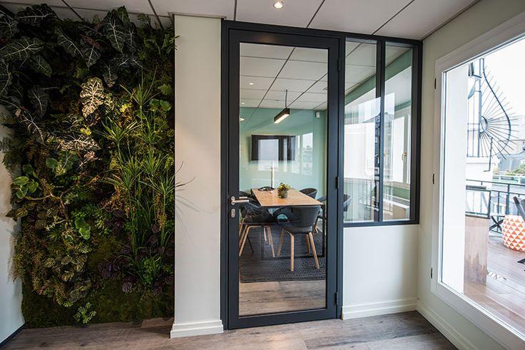 Mur végétal et salle de réunion