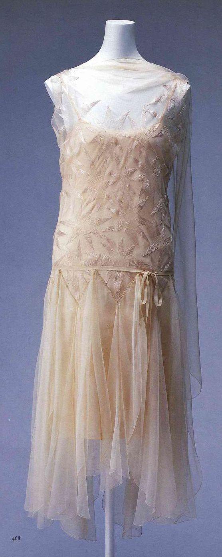 Вечернее платье. Мадлен Вионне, около 1929. Розовая шелковая вуаль с вышивкой в виде звезд, диагонально раскроенный верх, ворот в стиле капюшон, юбка из 9 клиньев, пояс из такого же материала.