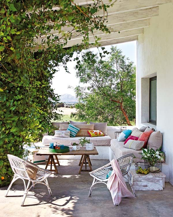 Delicious cottage porch - bringing the indoors out. A house in the middle of a fielt: Formula for success: fresh and cozy inside, work furniture, mix of textures, windows that frame the landscape and a very logical layout. | MICASA Revista