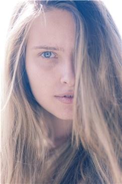 El llanto está relacionado con las emociones intensas o la irritación producida por un cuerpo extraño. Pero las lágrimas no solo son importantes cuando desbordan el ojo y expresan pena, dolor o felicidad. Siempre estamos fabricándolas, aunque no lloremos. Su función básica es tener el ojo lubricado: nutren la córnea y la protegen con sustancias antibacterianas.