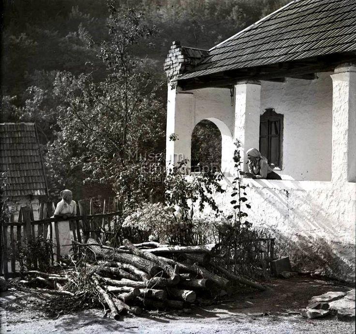 Tornácos ház - Magyarország, 1930-as évek.  Fotó: Vadas Ernő