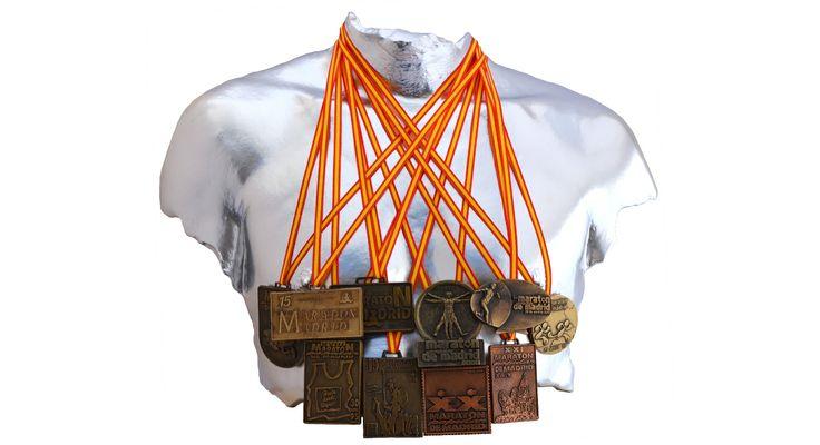 Torso masculino en producto cerámico acabado en pintura cromada con medallas conmemorativas