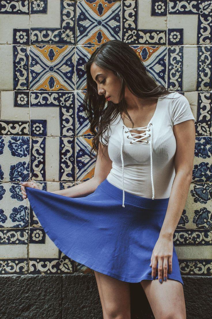 Outfit: Blusa blanca escote zig-zag, minifalda con vuelo azul - BERSHKA / Locación: Centro Histórico, CDMX / Fotografía: Samuel Hernandez.
