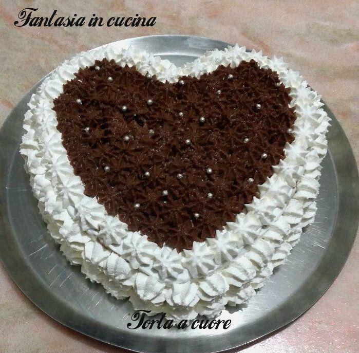 Per San Valentino prepariamo per la persona amataquesta torta a cuore,farcita con crema diplomatica e crema mascarpone e Nutella.