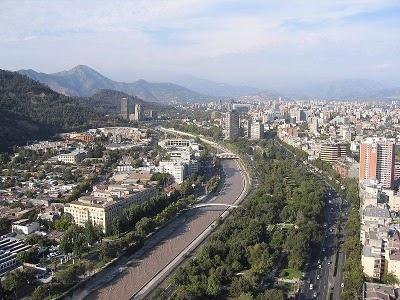 Vista aérea de Santiago con Río Mapocho