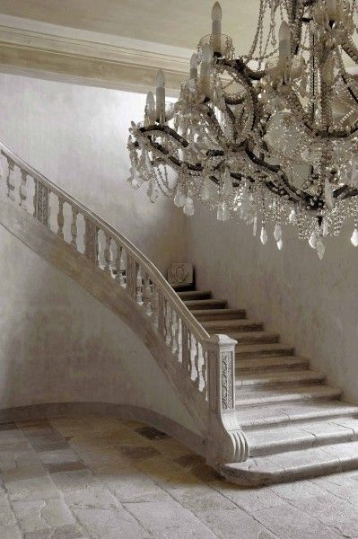 Chandelier et escalier | via ashleyhorning