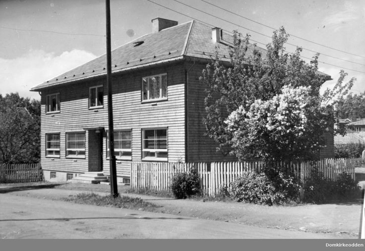 Moelv apotek, eksteriør.Apoteker Sigurd Syvertsen bygget egen apotekergård i  Åsmarkvegen 1 i 1941. Huset er tegnet av arkitekt Rolf Prag, Hamar. Huset ble revet i 1976. @ DigitaltMuseum.no