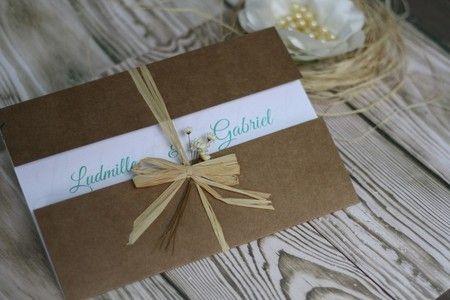 Convite de Casamento Rústico, Envelope em papel Kraft, Laço de Sisal e flores Secas, Convite Branco com Azul.
