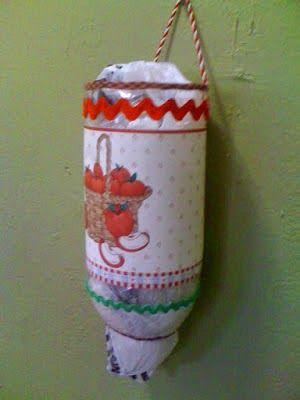 Porta bolsas. #HandMade #Botella #Reciclar  http://marielaparmaeducacioninicial.blogspot.com.ar/2014/10/regalos-para-el-dia-de-la-familia.html