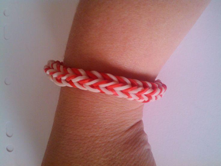 bjr voici le tuto du bracelet revers en elastique rainbow loom  https://www.youtube.com/watch?v=fXOSQdzyAnM