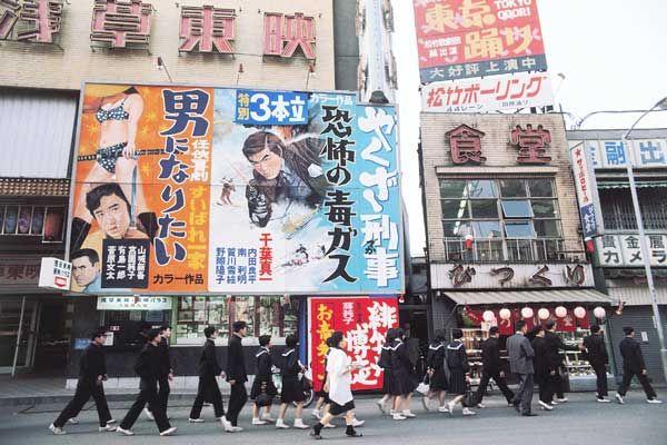 昭和46年、東京・浅草六区の映画街(1971年撮影) 【時事通信社】