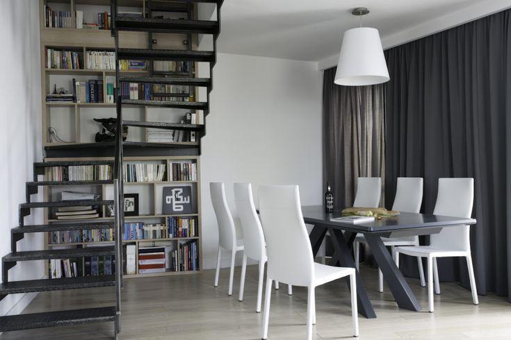 Salon z kuchnią   #industrial #minimalizm #modern #Biblioteczka #schody  #regał na #książki #biblioteczka, #books #stairs #bookstand  #shelf #bookcase #projektowanie #wnętrz #projektowanie #mebli #JacekTryc #architekt #aranżacja wnętrz #warszawa #nowoczesne #wnętrza #dobry #architekt #interiordesigner #design #furniture #interiors