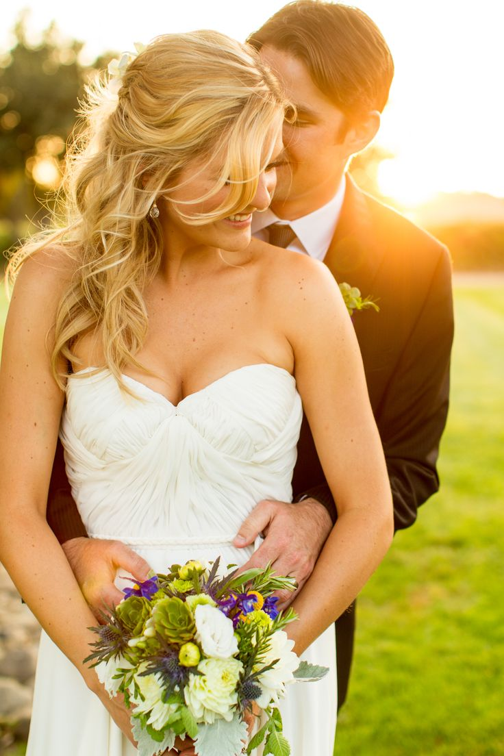 Photo up! The perfect place to get your wedding photos. On a nice green field in front of a gorgeous sunset!