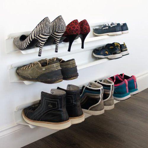 Het moderne schoenenrek van J-me biedt een vernieuwende manier voor het opbergen van schoenen. Doordat het rek aan de wand bevestigd is lijkt het net of de schoenen zweven. Er kunnen meerdere schoenenrekken boven elkaar worden opgehangen. Zo creëer je een eigen schoenenwand!